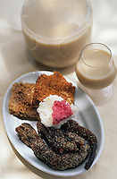 """Europe/France/DOM/Antilles/Petites Antilles/Guadeloupe/Deshaie : Restaurant """"Karacoli"""" à Grande Anse - Dessert - Ucre coco à tête rose, popote, fleur de l'arbre à pain, dentelles noix de coco et punch"""
