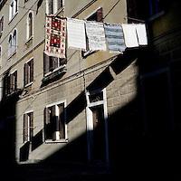 Venezia: panni stesi in una calle..Venice: clothes hanging on a street