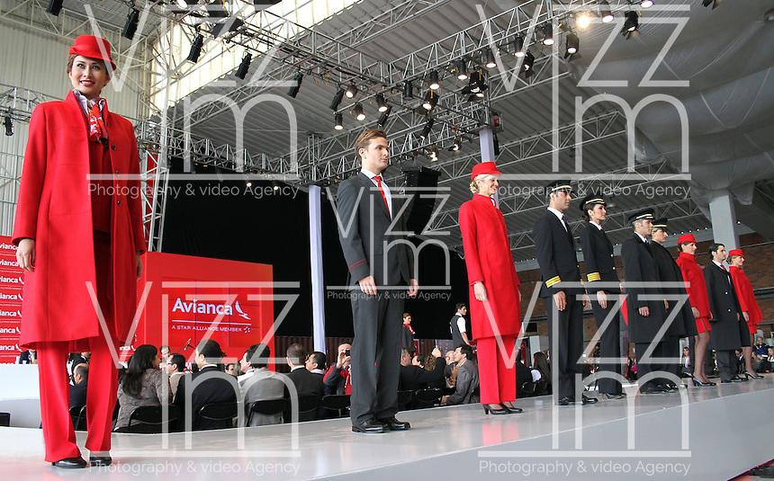 BOGOTA - COLOMBIA- 28 -05-2013: Presentaci&oacute;n de los nuevos uniformes dise&ntilde;ados por  &Aacute;lvaro Reyes para los colaboradores de Avianca (Desfile) .   El presidente de la Junta Directiva de Avianca se&ntilde;or Germ&aacute;n Efr&oacute;movich muestra la nueva marca comercial &uacute;nica de Avianca  . The Chairman of the Board Mr. Germ&aacute;n Efromovich Avianca shows the new single brand Avianca<br /> <br />   (Foto: VizzorImage / Felipe Caicedo / Staff)