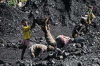 INDIA Dhanbad, underground coal mining of BCCL Ltd a company of COAL INDIA, worker are loading coal on trucks / INDIEN Dhanbad , Untertagekohlebergwerk von BCCL Ltd. ein Tochterunternehmen von Coal India, Verladung der gefoerderten Kohle auf LKW