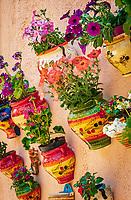 Frankreich, Provence-Alpes-Côte d'Azur, Menton: Keramiktoepfe mit Blumenschmuck | France, Provence-Alpes-Côte d'Azur, Menton: ceramic flowerpotts with flowers