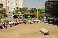 SÃO PAULO-SP-30.11.2014-HOMENAGEM À ROBERTO BOLAÑOS - Cerca de 3 mil pessoas aguardam para ver a exposição de homenagem ao Chaves .(Roberto Bolaños)Memorial da América Latina.Região oeste da cidade de São Paulo na manhã desse domingo,30.(Foto:Kevin David/Brazil Photo Press)