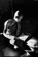 "Asie/Birmanie/Myanmar/Plateau Shan/Ywathit: Lac Inle - Monastère de ""Nga Phe Chaung"" - moine Boudhiste"