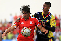 BUGA -COLOMBIA-17-08-2015: Ernesto Farias (Izq.) jugador del América de Cali  disputa el balón con Bryan Flores (Der.) jugador de Deportivo Pereira durante partido por la fecha 6 de vuelta del Torneo Águila 2015 jugado en el estadio Hernando Azcárate de la ciudad de Buga. / Ernesto Farias (L) player of America de Cali fights for the ball with Bryan Flores (R) player of Deportivo Pereira during the match for the 6th date of second leg of Aquila Tournament 2015 played at Hernando Azcarate stadium in Buga city. Photo: VizzorImage / Juan C. Quintero /