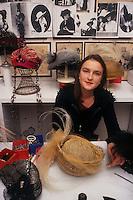 Ulrike Lerch, creatrice di cappelli per importanti sartorie teatrali..Ulrike Lerch, maker of hats for major theatrical fashion....