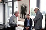 AMSTELVEEN - KNHB direkteur Erik Gerritsen (m)   en mevrouw Elvire Wagener, achternichtje van Joop Wagener sr. , hebben samen , symbolisch , de eerste paal geslagen van de nieuwe tribune van het Wagener hockeystadion. links Fons Fonteijn (AH&BC Amsterdam) , rechts architect Henk Gersen. COPYRIGHT KOEN SUYK.
