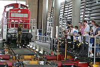 Besuch im ICE-Werk Leipzig..Im Bild: Besuchergruppe in der Kleinen Halle des ICE-Werkes. Foto: Jan Kaefer / aif