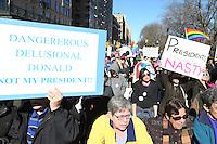 NEW YORK, NY, 20.02.2017 - PROTESTO-TRUMP - Protesto contra o presidente norte americano Donald Trump no dia nacional do presidente em frente a torre do Trump Internacional Hotel no Central Parque em Manhattan New York nos Estados Unidos nesta segunda-feira, 20. (Foto: Vanessa Carvalho/Brazil Photo Press)