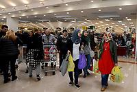 Roma, 5 Aprile 2017<br /> Donne musulmane con le buste della spesa nel supermercato.<br /> Esselunga del prenestino.<br /> Apre il primo Superstore di Esselunga a Roma, in Via Palmiro Togliatti.