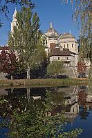 Europe/France/Aquitaine/24/Dordogne/Périgueux: La cathédrale Saint-Front, ses coupoles etles vieilles maisons maisons sur les bords de l'Isle: La Loge de Guet ou Eschif  ou Vieux Moulin- étape sur le chemin de Compostelle, site classé Patrimoine Mondial de l'UNESCO
