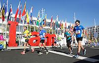 Nederland  Amsterdam 2016.   De Marathon van Amsterdam. Deelnemers lopen langs de I Amsterdam letters.  Foto Berlinda van Dam / Hollandse Hooogte.