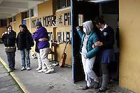 SCH06. BUIN (CHILE), 17/08/2011.- La estudiante Francia Garate (2d), que junto a otros cuatros compañeros mantiene una huelga de hambre desde hace más de 30 días en demanda de una educación pública, gratuita y de calidad, sale de un aula hoy, miércoles 17 de agosto de 2011, en el liceo A131 de Buin (Chile) donde realiza su protesta. EFE/Felipe Trueba