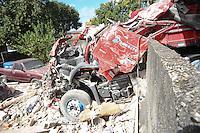 SAO PAULO, SP, 02/05/2012, ACIDENTE ITAIM. Uma carreta bi-articulada colidiu contra uma casa que desabou parcialmente. O caidente acontecu apos a carreta comecar a descer sozinha pela Rua Carmine Monetti no Itaim Plta.  O motorista ao perceber, pulou na cabine e tentou frea-la, porem nao conseguiu, na colisao o motorista faleceu no local. Luiz Guarnieri/ Brazil Photo Press