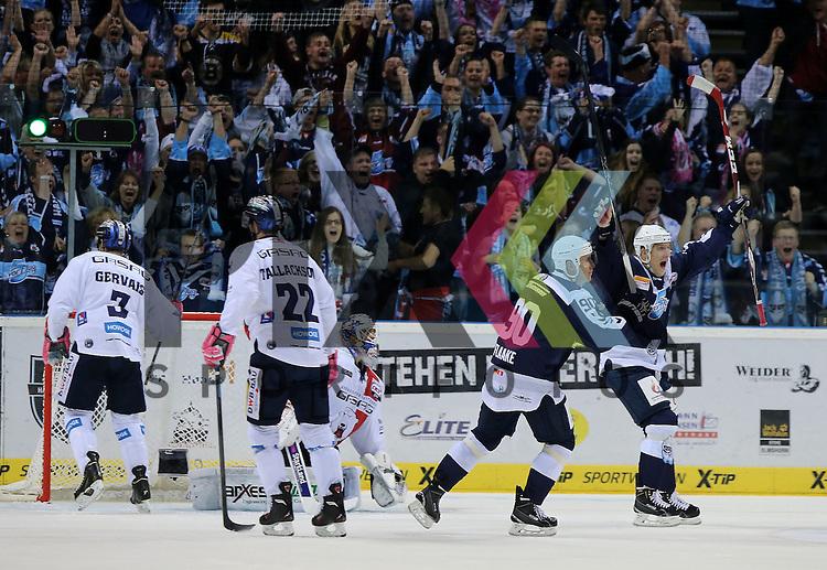 Eishockey DEL 2015 / 16 -  04.10.2015 Spiel; Hamburg Freezers vs. Eisbaeren Berlin<br /> <br /> Foto: Das Tor zum 2:0 Torsch&uuml;tze Marcel Mueller (Hamburg, nicht im Foto) trifft gegen Goalie Kevin Nastiuk (Berlin)  v.l. Bruno Gervais (Berlin), Barry Tallackson (Berlin) entt&auml;uscht, Jerome Flaake (Hamburg) und David Wolf (Hamburg) jubeln<br /> <br /> Foto &copy; PIX-Sportfotos *** Foto ist honorarpflichtig! *** Auf Anfrage in hoeherer Qualitaet/Aufloesung. Belegexemplar erbeten. Veroeffentlichung ausschliesslich fuer journalistisch-publizistische Zwecke. For editorial use only.