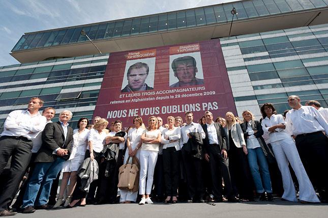 HOS28 PARÍS (FRANCIA) 13/5/2011.- Periodistas franceses se concentran frente a la sede de la televisión pública gala para exigir la liberación de los dos periodistas franceses Stephane Taponier y Hervé Ghesquière secuestrados en Afganistán desde el 29 de diciembre de 2009, hoy, viernes, 13 de mayo de 2011, en París, Francia. EFE/Etienne Laurent..