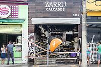 SAO PAULO, SP, 03.04.2015 - INCENDIO LOJA - Um incendio ocorreu em uma loja de calçados na Avenida Celso Garcia,não houve vitímas, no bairro do Tatuapé na região leste de São Paulo nesta sexta-feira, (03). (Foto: Marcos Moraes / Brazil Photo Press).