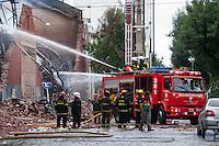 BUENOS AIRES, ARGENTINA, 06.02.2014 - INCENDIO - Um dia após o início do incêndio em um armazém no bairro de Barracas, os bombeiros continuam trabalhando para controlar o fogo. O fogo mortal deixou oito bombeiros e um trabalhador de emergência morto depois que o edifício desabou sobre eles.O armazém, um nuilding século 18, abrigava arquivos de banco e foi unnocupied no momento do desastre. O governo decretou dois dias de luto nacional em homenagem às vítimas. (Foto Patricio Murphy/Brazil Photo Press).