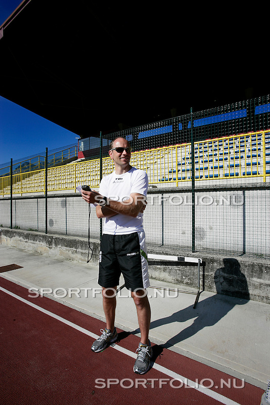 Italie, Torbole, 17 september 2008 .Trainingskamp TVM schaatsploeg.Gerard Kemkers, trainer-coach van de TVM schaatsploeg staat met een stopwatch in zijn hand langs de atletiekbaan