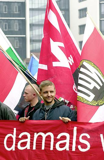 Rechtsextreme demonstrieren in Leipzig<br /> Ein Neonazi-Aufmarsch der NPD und verschiedener sogenannter &quot;Freier Kameradschaften&quot; anlaessich des Weltfriedenstages zum Leipziger Voelkerschlachtdenkmal ist am Samstag den 1. September 2001 bereits nach 500 Metern von der Polizei gestoppt worden. Die etwa 1.400 Neonazis hatten Auflagen des Oberverwaltungsgerichtes in Bautzen nicht eingehalten. Sie hatten anderem &quot;Sieg Heil&quot; und &quot;Ruhm und Ehre der Waffen-SS&quot; skandiert. Als die Polizei sie zurueck zum Hauptbahnhof eskortieren wollte, setzten sie sich mit einer Sitzblockade zur Wehr. 24 Personen wurden nach Polizeiangaben vorlaeufig festgenommen und zehn Strafverfahren eingeleitet.<br /> Gegen den Neonazi-Aufmarsch protestierten am Mittag nach Angaben der Stadtverwaltung rund 20 000 Menschen.<br /> Mehrere tausend Polizisten und Beamte des Bundesgrenzschutzes aus dem gesamten Bundesgebiet waren im Einsatz.<br /> 1.9.2001, Leipzig<br /> Copyright: Christian-Ditsch.de<br /> [Inhaltsveraendernde Manipulation des Fotos nur nach ausdruecklicher Genehmigung des Fotografen. Vereinbarungen ueber Abtretung von Persoenlichkeitsrechten/Model Release der abgebildeten Person/Personen liegen nicht vor. NO MODEL RELEASE! Nur fuer Redaktionelle Zwecke. Don't publish without copyright Christian-Ditsch.de, Veroeffentlichung nur mit Fotografennennung, sowie gegen Honorar, MwSt. und Beleg. Konto: I N G - D i B a, IBAN DE58500105175400192269, BIC INGDDEFFXXX, Kontakt: post@christian-ditsch.de<br /> Bei der Bearbeitung der Dateiinformationen darf die Urheberkennzeichnung in den EXIF- und  IPTC-Daten nicht entfernt werden, diese sind in digitalen Medien nach &sect;95c UrhG rechtlich geschuetzt. Der Urhebervermerk wird gemaess &sect;13 UrhG verlangt.]