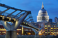 Great Britain, London: Millenium Bridge, 330 metre steel structure opened in 2002, spanning the River Thames, designed by Sir Norman Foster, and St Paul's Cathedral at dusk | Grossbritannien, England, London: Millenium Bridge, 330 Meter lange Stahlkonstruktion ueber die Themse, eroeffnet 2002, designed by Sir Norman Foster, und die St Pauls Cathedral zur Abenddaemmerung