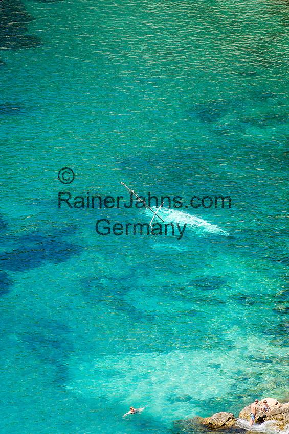 France, Provence-Alpes-Côte d'Azur, Villefranche-sur-Mer: capsized sailboat near the coast | Frankreich, Provence-Alpes-Côte d'Azur, Villefranche-sur-Mer: gekentertes Segelboot in Kuestennaehe