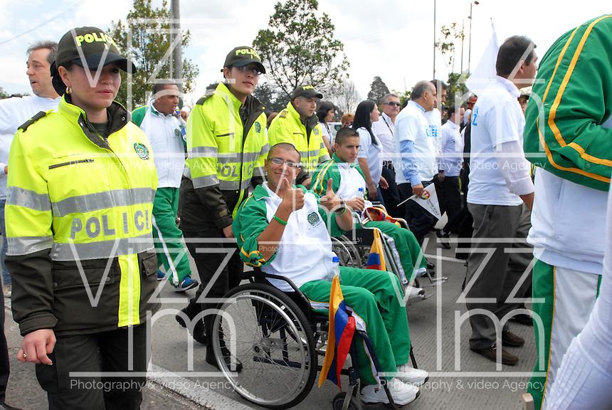 """BOGOTA-COLOMBIA: 09-04-2013: Miles de Colombianos encabezados por el Presidente Juan Manuel Santos, marcharon por la Paz en las calles de Bogotá, abril 9 de 2013. El presidente Santos desmintió que las Fuerzas Armadas Revolucionarias de Colombia (FARC), estén infiltradas presionando a los campesinos para marchar, """"Yo no veo guerrillas alrededor mío"""", agrego el mandatario. La jornada comenzó pasadas las ocho de la mañana en el monumento de los Caídos, en el occidente de Bogotá y se dirigió a la Plaza de Bolivar en el centro de la capital colombiana. (Fotos: VizzorImage / Luis Ramírez / Staff.) Thousands of Colombians headed by President Juan Manuel Santos , marched for peace on the streets of Bogota,, April 9, 2013. President Santos denied that the Revolutionary Armed Forces of Colombia (FARC) are infiltrated pressuring farmers to march, """"I do not see guerrillas around me,"""" Santos said. The marches began just after eight o'clock in the Memorial Monument in western Bogota and went to the Plaza de Bolivar in downtown Bogota. (Photos: VizzorImage / Luis Ramirez / Staff.)"""