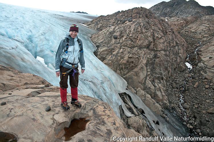 Brevandrer foran brefronten på den sørlige delen av Seilandsjøkelen. ---- Woman in front of the southern end of the glacier Seilandsjøkelen.