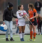 EINDHOVEN - Hockey - Blessure voor International Kelly Jonker van A'dam, zondag tijdens de wedstrijd  tussen Oranje-Zwart en Amsterdam. rechts Frederique Derkx FOTO KOEN SUYK.
