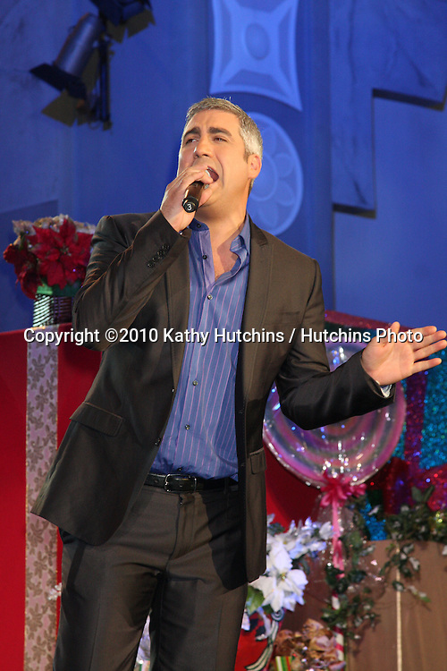 LOS ANGELES - NOV 20:  Taylor Hicks at the Hollywood & Highland Tree Lighting Concert 2010  at Hollywood & Highland Center Cour on November 20, 2010 in Los Angeles, CA