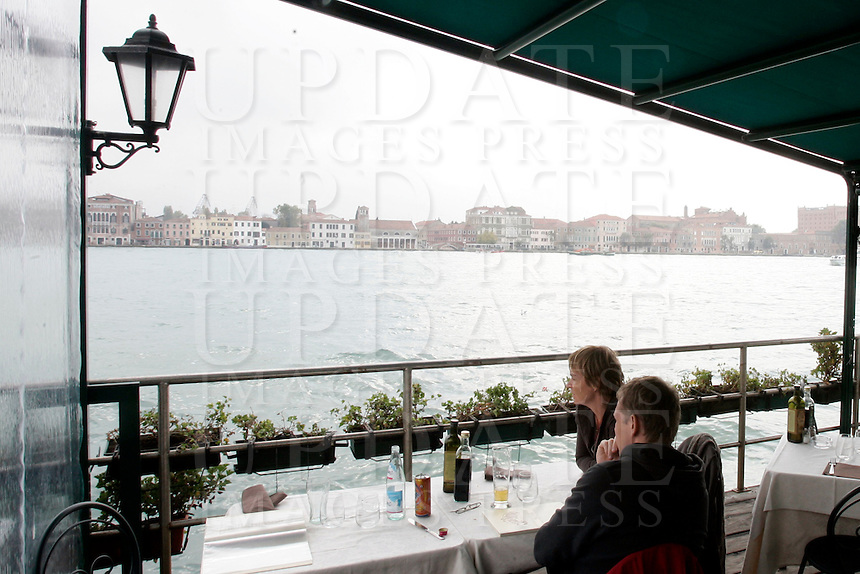 Tavoli all'aperto con affaccio sul mare, al ristorante Casin dei Nobili, a Venezia.<br /> Waterside dining terrace at the Casin dei Nobili restaurant in Venice.<br /> UPDATE IMAGES PRESS/Riccardo De Luca
