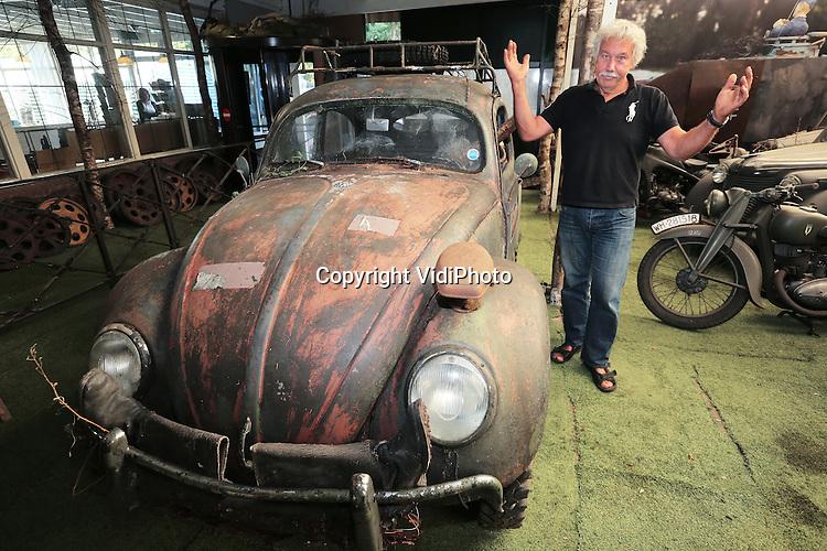 Foto: VidiPhoto<br /> <br /> ARNHEM - Teleurgesteld staat Eef Peters, eigenaar van het Oorlogsmuseum 40-45 in Arnhem, woensdag bij zijn pasverworven historische kever. Vorige week nog dacht hij een historisch waardevolle Volkswagen Kever uit de Tweede Wereldoorlog te hebben gekocht, eigendom van Gertrud Seyss Inquart, echtgenote van rijkscommissaris en oorlogsmisdadiger Arthur Seyss Inquart. De wagen is echter van net n&aacute; de oorlog zo blijkt uit ander onderzoek. &bdquo;Als ik dit had geweten, had ik hem niet gekocht&quot;, zegt Peters. Hij kocht de wagen tijdens zijn vakantie in het Zeelandse Burgh Haamstede van de plaatselijke bakker. Die had hem verteld dat Gertrud, de vrouw van Arthur Seyss Inquart, er in de oorlog mee rond had gereden. De volkswagen blijkt inderdaad haar eigendom te zijn geweest, maar pas na de oorlog. Peters: &bdquo;Ik ben op het verkeerde spoor gezet door oude nummerplaten die in de auto lagen. Die zijn namelijk wel uit de oorlog. Je kunt zien dat de hakenkruizen er af zijn gevijld.&quot; Toch wil Peters, die al een hoger bod dan hij er voor betaalde van de hand heeft gewezen, de kever niet kwijt. Hij wil het voertuig uitmonsteren, dat wil zeggen uitbouwen zoals deze er als militair voertuig in de oorlog uitzag. Dat kan door een paar eenvoudige wijzigingen aan te brengen. De waarde na de opknapbeurt schat hij op 40.000 euro. Een kever uit die periode blijft een zeldzaam exemplaar.