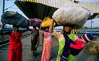 Delhi / India.Scene di vita quotidiana. Alcune donne con voluminosi fardelli fotografate nella stazione ferroviaria di New Delhi..Foto Livio Senigalliesi.Delhi / India.Scenes of daily life. Some women with large bundles photographed in the mail railway station in New Delhi.Photo Livio Senigalliesi.