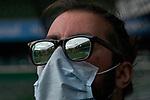 Die Spiegelung  vom leeren wohninvest Weserstadion, hier zu sehen in den Gläsern einer Sonnenbrille eines Sportcast-Mitarbeiters, der eine Maske über Mund und Nase trägt und am Spielfeldrand steht<br /> <br /> Sport: Fussball: 1. Bundesliga: Saison 19/20: <br /> 26. Spieltag: SV Werder Bremen vs Bayer 04 Leverkusen, 18.05.2020<br /> <br /> Foto ©  gumzmedia / Nordphoto / Andreas Gumz / POOL <br /> <br /> Nur für journalistische Zwecke! Only for editorial use!<br />  DFL regulations prohibit any use of photographs as image sequences and/or quasi-video.