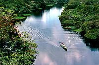 Navegação em afluente do Rio Negro. Amazonas. Foto de Juca Martins.