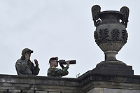 BOGOTÁ - COLOMBIA, 07-08-2018: Personal de seguridad vigila previo a la ceremonia de juramento en donde Ivan Duque, toma posesión como presidente de la República de Colombia para el período constitucional 2018 - 22 en la Plaza Bolívar el 7 de agosto de 2018 en Bogotá, Colombia. / Security staff are seen prior the swearing ceremony where Ivan Duque, takes office to constitutional term as president of the Republic of Colombia 2018 - 22 at Plaza Bolivar on August 7, 2018 in Bogota, Colombia. Photo: VizzorImage/ Gabriel Aponte / Staff