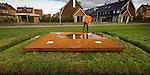 LEIDSCHE RIJN - In Leidsche Rijn veegt een medewerker van Van Gelder een stalen plaat droog ter voorbereiding van een inspectie wegens de feestelijke onthulling deze week van de Romeinse weg met zijn wachttorens. Naar een ontwerp van Buro Lubbers - Landschapsarchitecten & Stedelijk Ontwerp te Den Bosch geven stalen platen met lampen erin, de plaats aan waar de oudste, en mogelijke de eerste torens van Nederland hebben gestaan. De lampen schijnen omhoog en reageren op een barometer zodat ze afhankelijk van het weer telkens een andere kleur licht weergeven. Riviergrind tussen zwarte asfaltranden geeft de plaats aan van de Limes, de grensweg die destijds het noorden van het Romeinse rijk aangaf. COPYRIGHT TON BORSBOOM