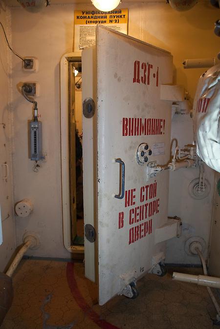Zwei luftdichte Türen führen in den Raketenschacht / Two airtight doors leading into the shaft, to the top flor of the command center.