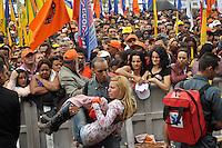 SAO PAULO, SP, 01 DE MAIO  DE 2012 -  1º DE MAIO UNIFICADO -Mulher passa mal e é carregada pelos bombeiros no dia do trabalhador unificado que foi comemorado com ato organizado pela Força Sindical e diversos outros sindicatos na praça Campos de Bagatelle, zona norte da cidade. FOTO: LEVI BIANCO - BRAZIL PHOTO PRESS