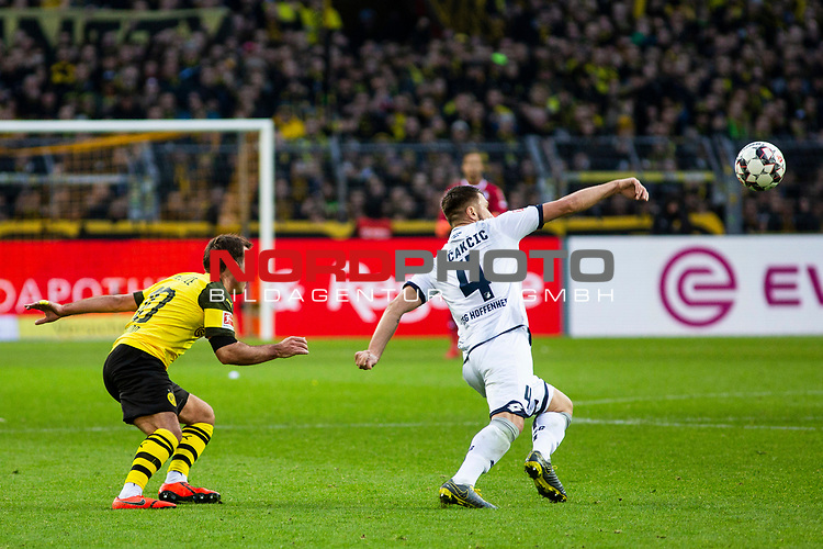 09.02.2019, Signal Iduna Park, Dortmund, GER, 1.FBL, Borussia Dortmund vs TSG 1899 Hoffenheim, DFL REGULATIONS PROHIBIT ANY USE OF PHOTOGRAPHS AS IMAGE SEQUENCES AND/OR QUASI-VIDEO<br /> <br /> im Bild | picture shows:<br /> Mario Goetze (Borussia Dortmund #10) im Duell mit Ermin Bicakcic (Hoffenheim #4),  <br /> <br /> Foto &copy; nordphoto / Rauch
