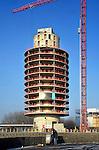 AMSTERDAM ZUIDOOST - In Amsterdam Zuidoost verrijst langs de snelweg A2 een opmerkelijk door Strukton te bouwen hoteltoren, het nieuwe Fletcher Tower Hotel. De 60 meter hoge, door Benthem Crouwel ontworpen toren belooft er uit te gaan zien als een blauwe gatenkaas, waarbij de ramen van de hotelkamer de gaat in de kaas gaan vormen. Het hotel krijgt 120 kamers, een panorama restaurant, vergaderkamers en een fitnessruimte. COPYRIGHT TON BORSBOOM