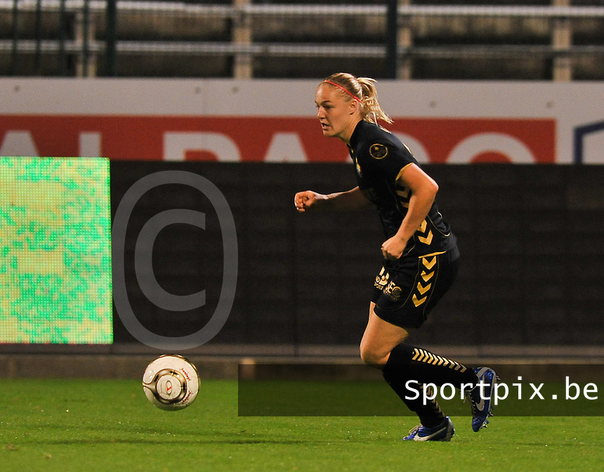 20131018 - ANTWERP , BELGIUM : Telstar  Stefanie Van Der Gragt pictured during the female soccer match between Royal Antwerp FC Ladies and Telstar Vrouwen Ijmuiden , of the Eight' matchday in the BENELEAGUE competition. Friday 18 October 2013. PHOTO DAVID CATRY