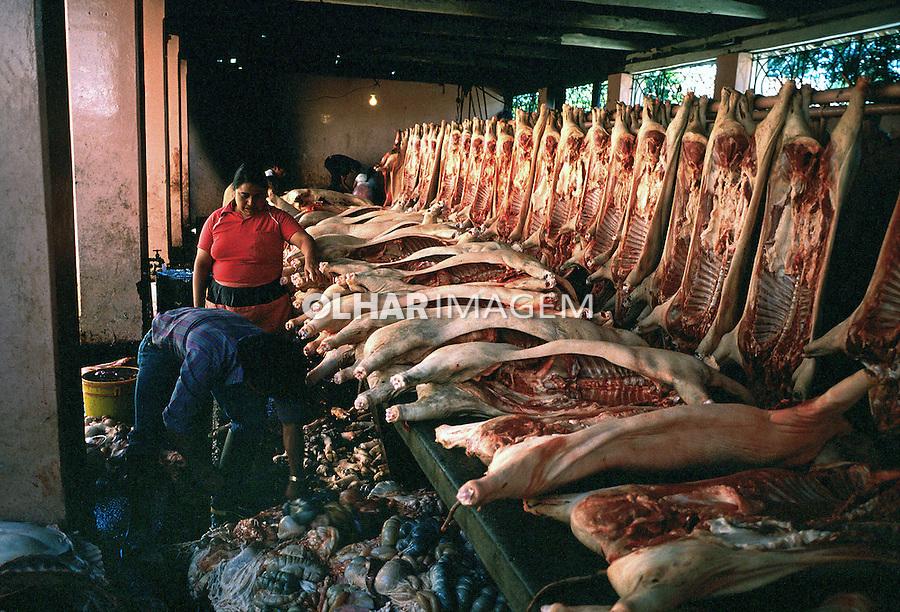 Comércio de carne de porco, Otavalo, Equador. 1987. Foto de Juca Martins.