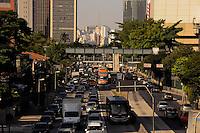 S&Atilde;O PAULO -SP - 30,07,2014 - TR&Atilde;NSITO - REBOU&Ccedil;AS - Segue com muita lentid&atilde;o o motorista que trafega pela Avenida Rebou&ccedil;as sentido Butant&atilde;,regi&atilde;o Oeste da cidade de S&atilde;o Paulo na tarde dessa quarta-feira,30<br /> (Foto:Kevin David/Brazil Photo Press)
