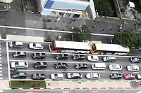 SÃO PAULO, SP, 14 JANEIRO DE 2013  - TRANSITO SP  - Av Paulista tem transito moderado no primeiro dia de retorno do rodizio de carros, na manha dessa segunda-feira, 14, regiao central da capital -   FOTO LOLA OLIVEIRA - BRAZIL PHOTO PRESS