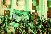 RIO DE JANEIRO, RJ, 22.06.2018 - PROTESTO-RJ -  Mulheres se reunem na ALERJ para pedir a legalização do aborto em marcha até a Cinelândia onde terminou no centro do Rio de Janeiro nesta sexta-feira, 22. (Foto: Vanessa Ataliba/Brazil Photo Press)