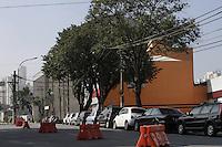 FOTO EMBARGADA PARA VEICULOS INTERNACIONAIS - SAO PAULO, SP, 23 DE NOVEMBRO 2012 - TRANSITO  SP - O viaduto Orlando Murgel, que liga as avenidas Rio Branco e Rudge, segue diariamente com congestionamente desde o mes de setembro. A passagem pelo viaduto tem interdicao apos incendio na favela do moinho e com previsao de liberacao para abril de 2013 - Comerciantes  na regiao reclamam grande queda de movimento devido o incidente - manha de sexta-feira, 23, Bom Retiro, zona central da capital paulista -  FOTO LOLA OLIVEIRA - BRAZIL PHOTO PRESS