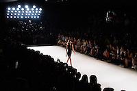 SAO PAULO, SP, 17.04.2015 - SÃO PAULO FASHION WEEK - GLORIA COELHO - Modelo durante desfile da grife Gloria Coelho no último dia da São Paulo Fashion Week, Verão 2016 no Parque Candido Portinari na regiao oeste de São Paulo, nesta sexta-feira, 14.(Foto: Kevin David / Brazil Photo Press ).