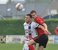 SINT ELOOIS WINKEL SPORT - RC HARELBEKE :<br /> kopbalduel tussen Rens Verhooghe (R) en Ruben Pyck (L)<br /> <br /> Foto VDB / Bart Vandenbroucke