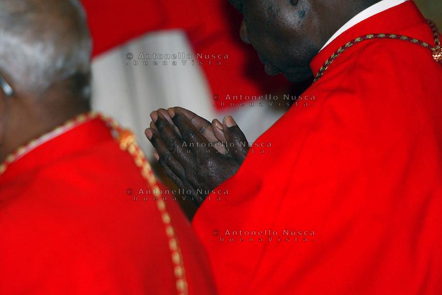 Un Cardinale di colore in preghiera
