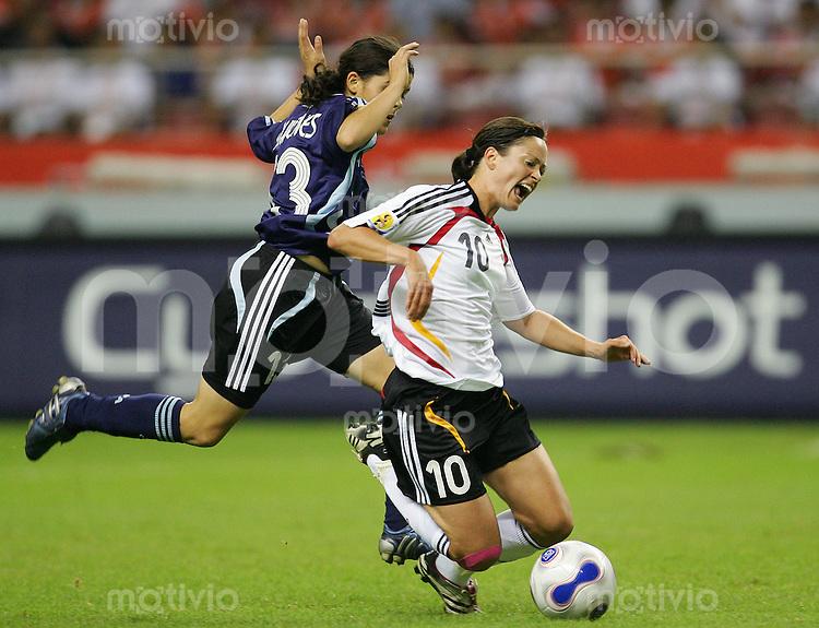 Fussball International Frauen WM China 2007  Eroeffnungsspiel im Hongkou WM Stadion Deutschland - Argentinien Germany - Argentina Renate LINGOHR (GER, r) gegen Maria QUINONES (ARG).